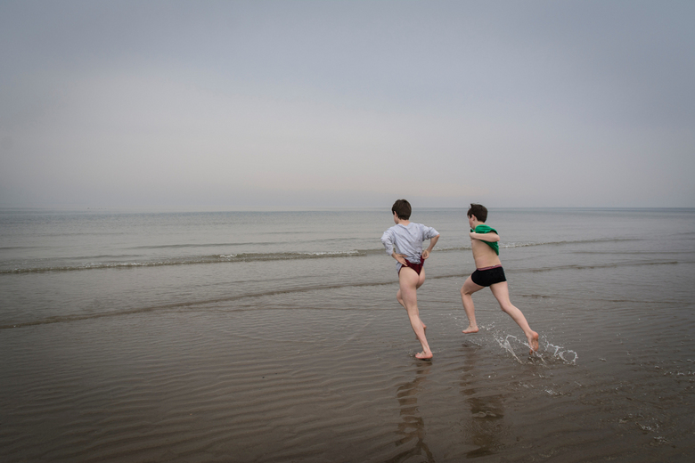 De zee in! - Kou kon hen niet deren. Ze moesten en zouden voor het eerst dit jaar de zee in rennen.