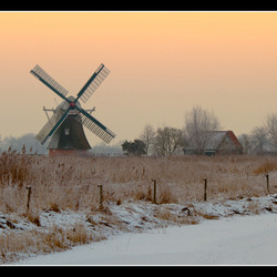 Molen in winters landschap