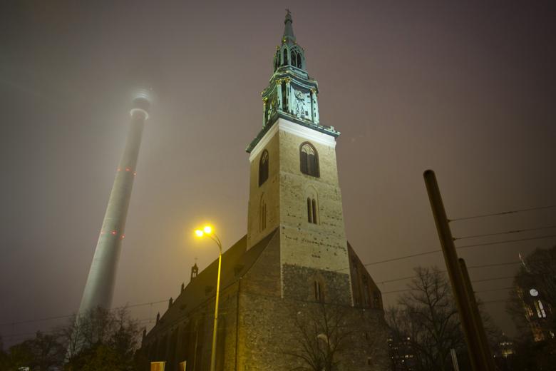Berlin at night - Een avond opname (uit de hand) onderweg in Berlijn. Tv toren in de mist op de achtergrond