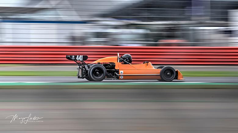 Panning dwars door een hekwerk - De March 73B (Formule 2) op circuit Silverstone