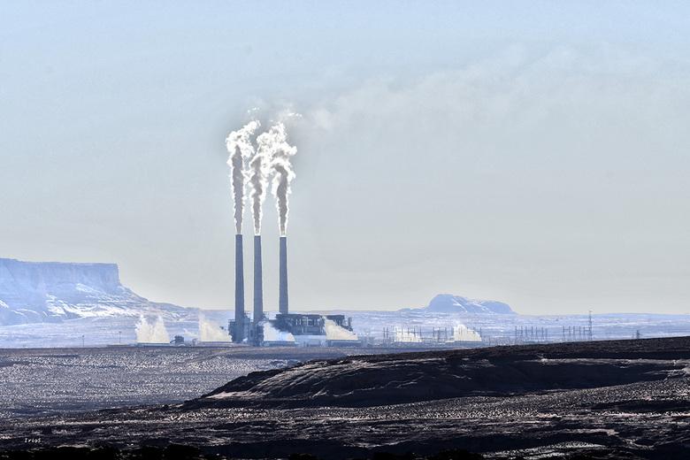 Navajo Generating - Van ver al te zien, de drie schoorstenen van de Navajo energiecentrale. Zo lijkt ze best kleine, maar verzorgt ca. drie miljoen  h