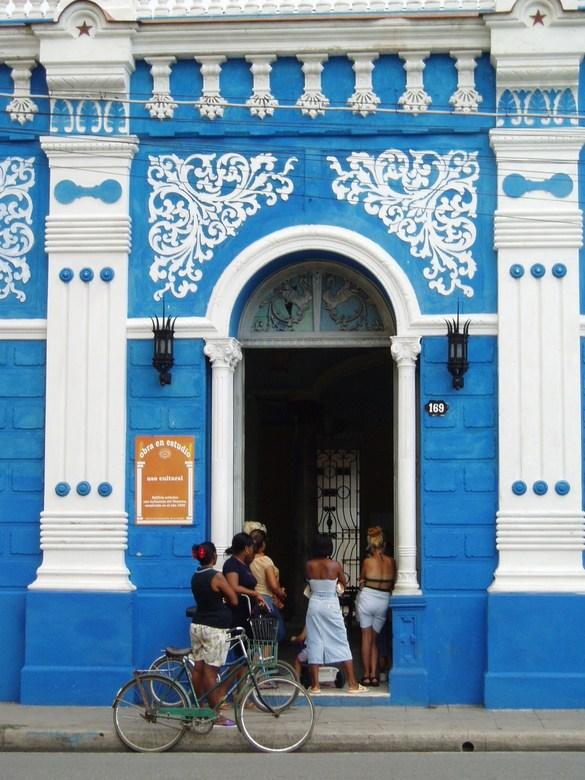 Wat is daar te doen? - Deze foto is gemaakt op Cuba, snel vanuit de auto geschoten.