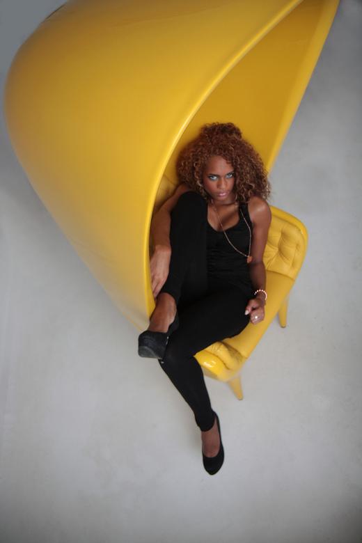 The Yellow Chair - M'n beste shot van mijn eerste shoot met ingehuurde modellen tijdens een meeting van het Dutch Urban Photo Collective