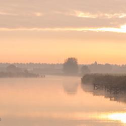 Water, spiegeling, zonsopkomst, mist, rustig platje.
