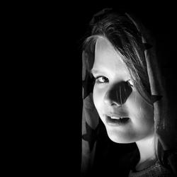 Low key portret van jong meisje met sjaal
