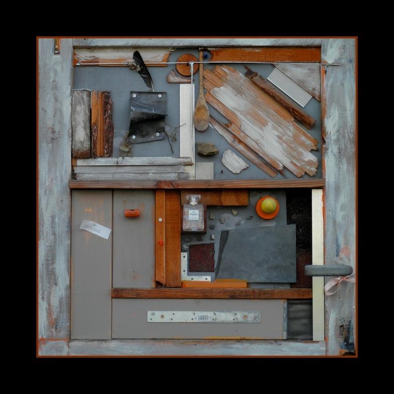 Breda 5 - Naast het Chasséplein staan woonhuizen waar creatieve geesten wonen. Dit is de bovenkant van een voordeur. Een kunstwerk op zich.