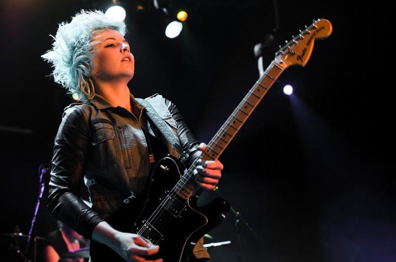 Dudettes - Gitariste Cynthia van de Dudettes op Paaspop 2013