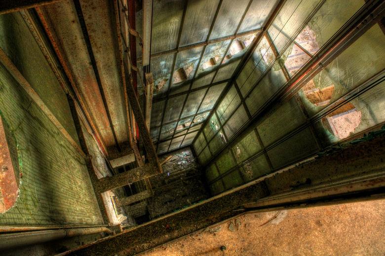 Dead elevator - De Liftschacht in Kent School, Duitsland.<br /> <br /> Een van de resultaten van m&#039;n 2e Urbex Trip.