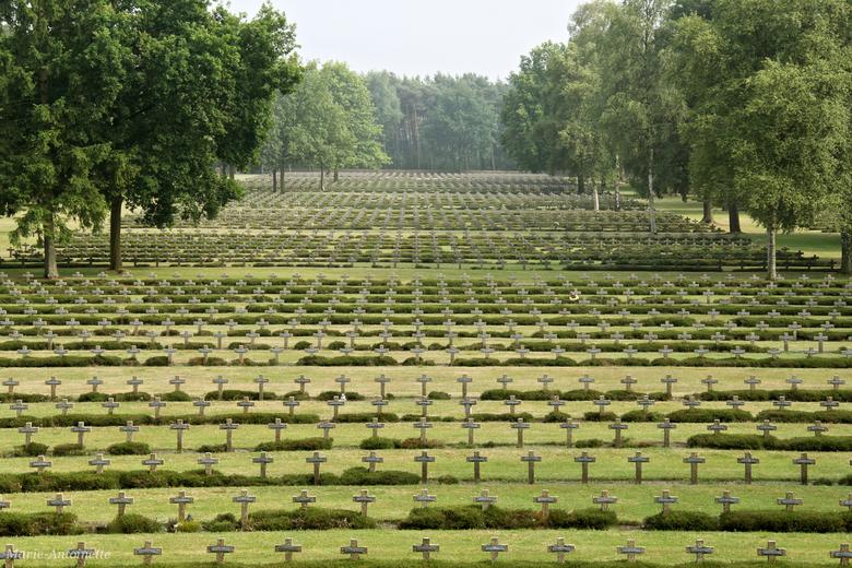 Duitse Militaire Begraafplaats Lommel - Gruwelijke plaats. Bijna 20.000 kruizen met op iedere kruis 2 namen. 39.102 Duitse doden.<br /> Hier gezien v