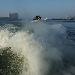 Scheuren over water