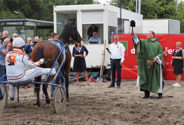 Wijwater - De Pastoor Zegent de  dag ...bij de Kortebaanwedstrijd Hoofddorp..en het  werd  een top dag .