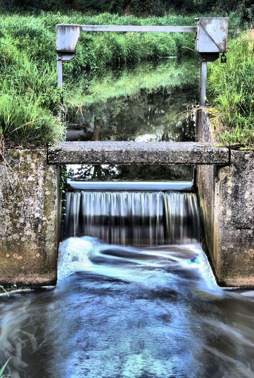 Watervalletje - Een lange overdag sluitertijdexperiment. Heb hier geen gebruik gemaakt van ND- of grijsfilters.