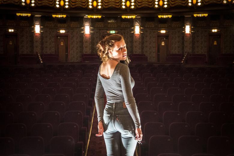 Theater - Tuschinski - Foto van mijn vriendin op het podium van de opera zaal in het Tuschinski Theater, Amsterdam.