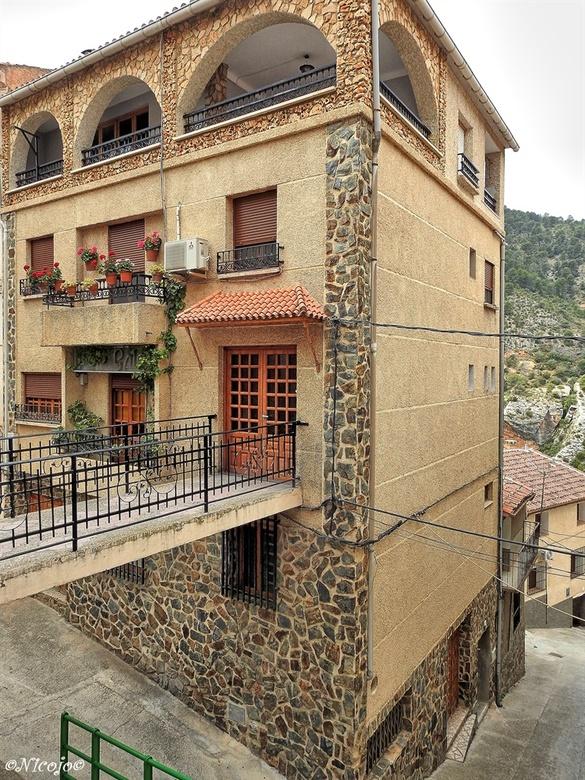 Huis in Ayna.... - Dit huis ligt op twee niveaus aan een weg, over het brugje kom je bij de voordeur. De huizen in dit dorp zijn merendeels in zeer go