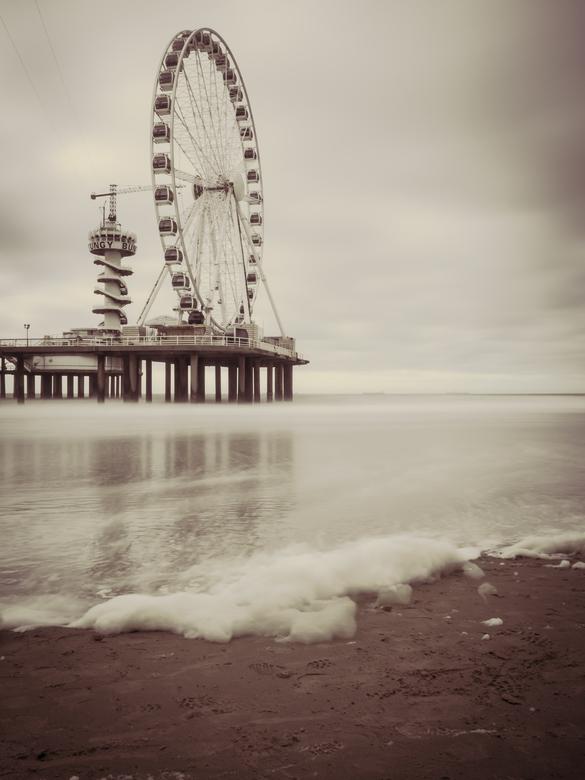 Reuzenrad Scheveningen - Het reuzenrad van de Pier van Scheveningen. Ik ben er nog nooit in geweest, misschien een volgende keer maar eens doen. Een m