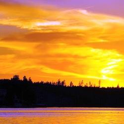 Zonsondergang vanaf het water in Zweden