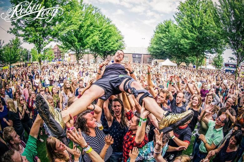 Crowdsurfing - Jack Parow wordt op handen gedragen tijdens zijn optreden op festival mundial te tilburg