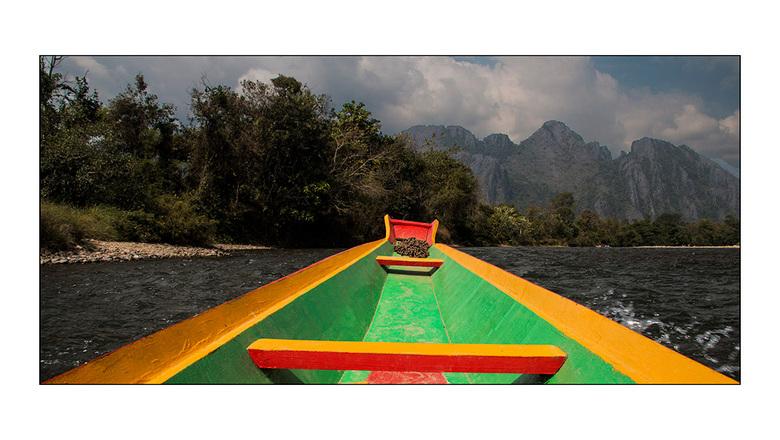 bootje varen - boottocht op de Nam Song rivier in Vang Vieng, Laos