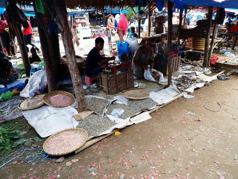 Mijn reis in beeld.  - Voor dat we bij Bukit lawang zijn  kom je door heel wat dorpjes  met hun specifieke straat taferelen en alles is op straat te k