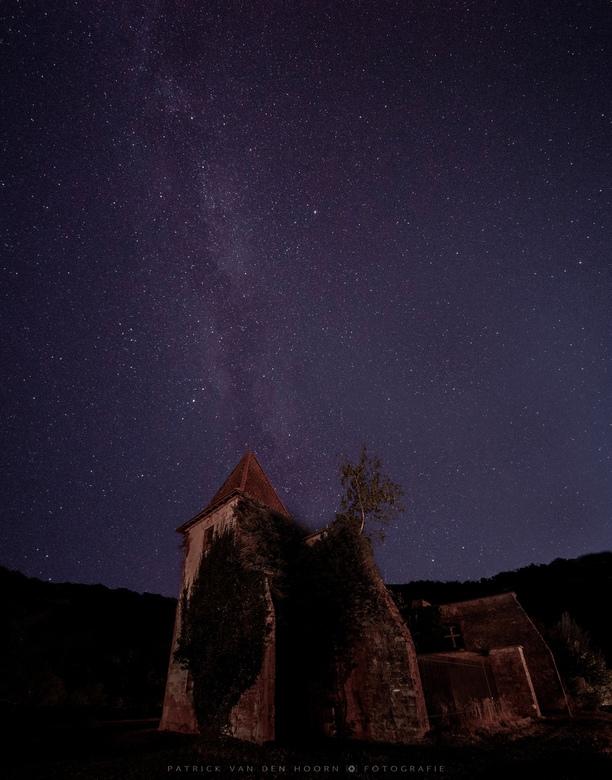 Domain de Chalain - Op het terrein van Camping Domain de Chalain in Frankrijk staat deze ruïne van een oud kasteel. De bomen groeien inmiddels op de m