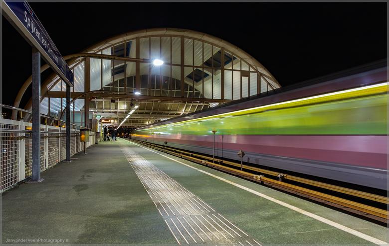 Metro Spijkenisse - Canon 6D met canon 17-40F4 L<br /> Iso 100 F13 6 sec