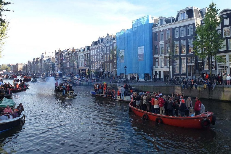 Kongingsdag in Amsterdam vieren op de gracht
