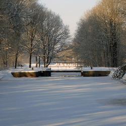 Oude sluis in de winter