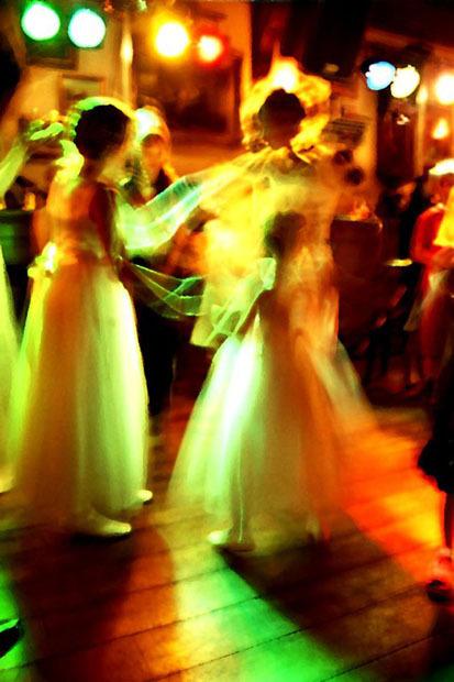 Dansende meisjes - analoog gemaakte foto tijdens een feest<br />
