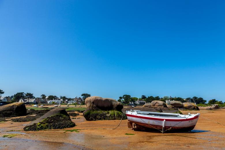 Eb - Het is altijd weer leuk om tijdens eb tussen de bootjes te wandelen die tijdens eb op de droog gevallen zeebodem komen te liggen.