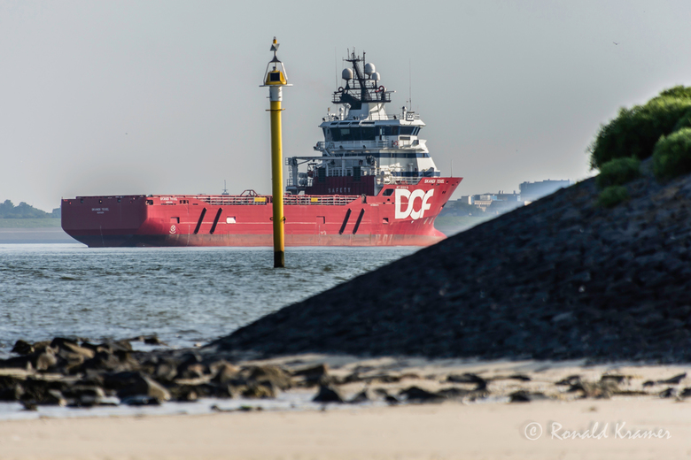 Voor anker - De Skandi Texel is een Noors platformbevoorradingsschip, vernoemd naar het Nederlandse eiland Texel. Het vaart onder Noorse vlag en lag g
