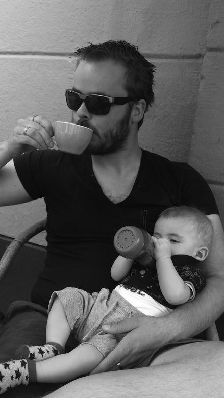 zo vader, zo zoon - heerlijk aan het genieten met papa. <br /> <br /> (met mijn lieve kerel op een terrasje)