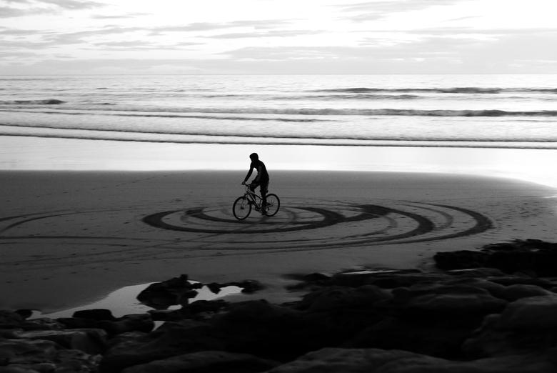 """Alleen maar rondjes... - Taghazout - Iemand was lekker rondjes aan het rijden... <img  src=""""/images/smileys/tongue.png""""/>. Genomen aan het strand van"""