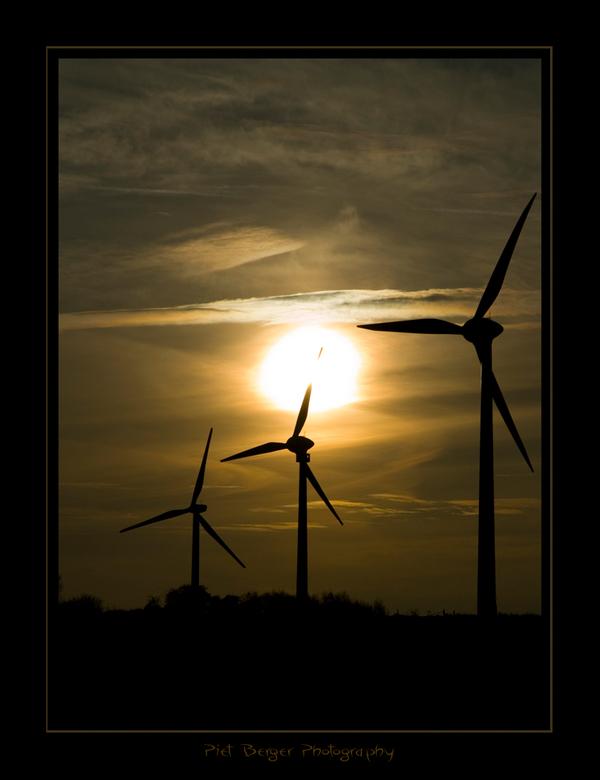 Duurzame energie!!! - Toen ik vanmorge langs deze windmolens reed en er de zon zo achter zag staan, zag het prachtig uit hoe deze twee duurzame eigenl