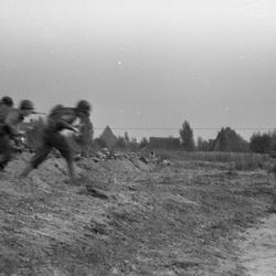 Geallieerde soldaten vallen aan, foto gemaakt met jaren 30 box camera