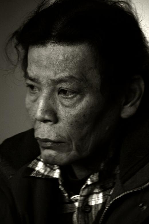 Bitter - Een man, verbitterd, zijn vader net overleden, zijn moeder in het ziekenhuis en zijn leven weggegooid door alcohol.
