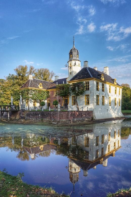 Fraeylemaborg in Slochteren - Aan het einde van de middag brak ineens toch nog de zon door, wat een prachtig licht gaf met een mooie spiegeling ten ge