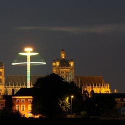 Zweefmolen met kerk