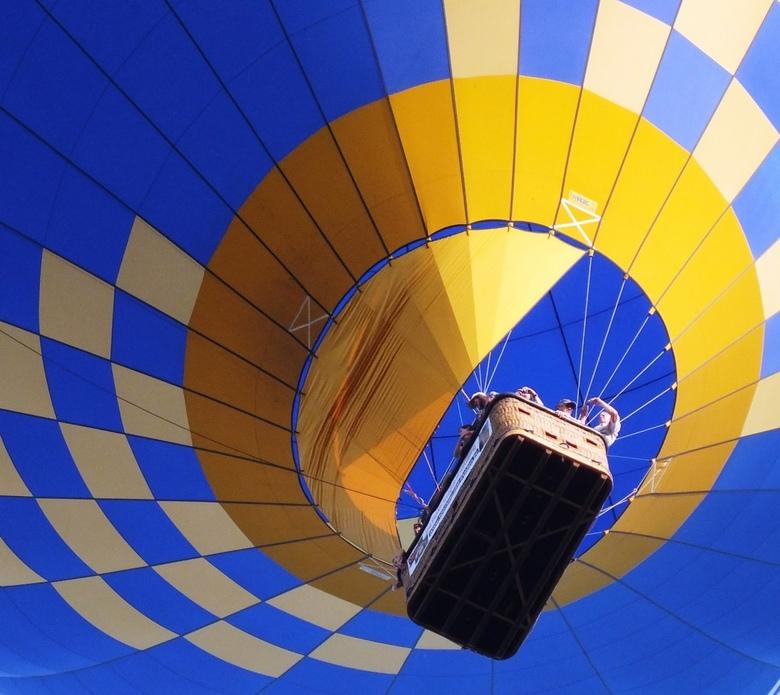 up and away (4) - Pol (Kosmopol) suggereerde om een andere uitsnede te nemen om even wat spanning te brengen in het ballongebeuren. Dat heb ik met de