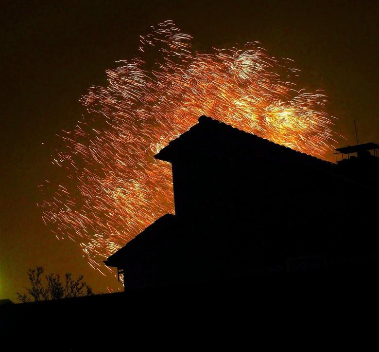 Het..... - ......vuurwerk fotograferen is niet mijn speciale ding,maar heb toch maar eens een poging gewaagt.Er volgen er nog een paar,graag jullie co