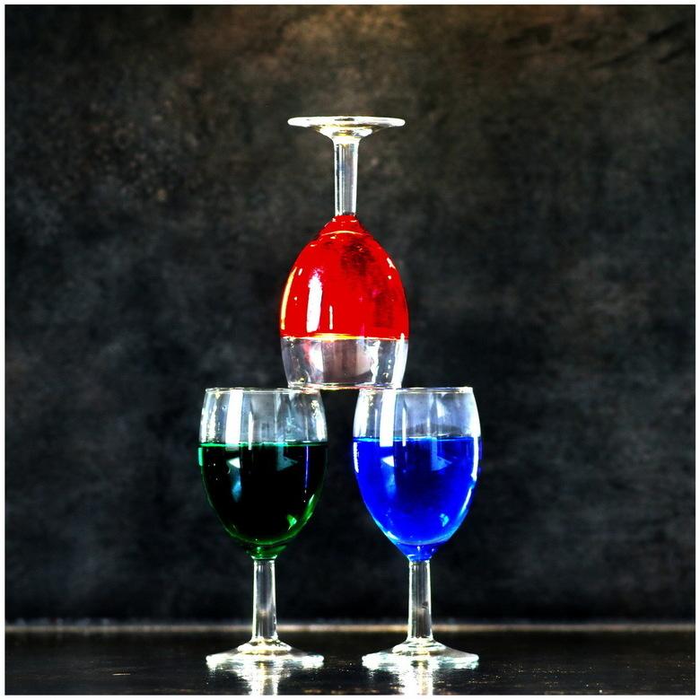 who's afraid of red, green and blue? - geen trucje in PhotoShop, geen knip- en plakwerk. Glazen in deze stand gefotografeeerd.