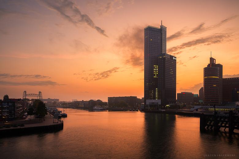 Deoitte - Rotterdam in de vroege morgen.<br /> <br /> Ik ging wat dingen proberen maar door het grijze weer en al die regen is er niet veel van geko