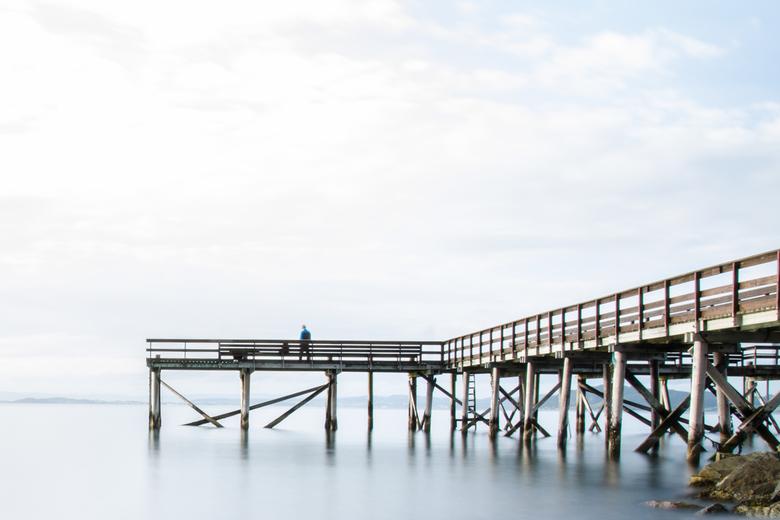 Fisherman - Met een lange sluitertijd deze visser op de pier in Noorwegen vastgelegd.<br /> <br /> Volg mijn foto&#039;s ook op Instagram via @thoma
