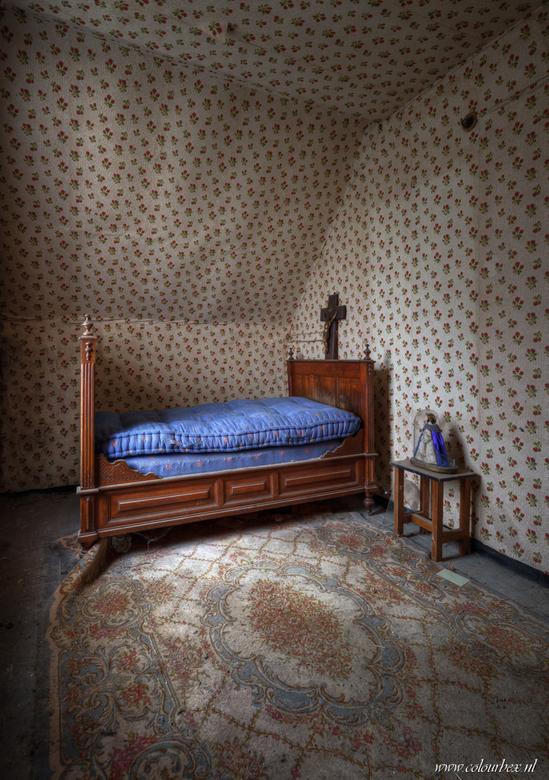 Niet bang voor behang - Een schattig ouderwets slaapkamertje dat in zijn geheel behangen is van de grond tot en met het plafond...