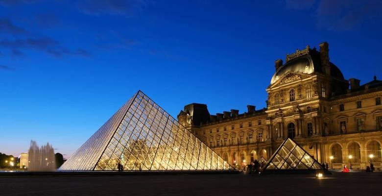Louvre - Veel mensen vinden de piramide bij het Louvre niet zo&#039;n goed idee. Zelf vind ik het heel goed passen - zeker in het (bijna) donker.<br /