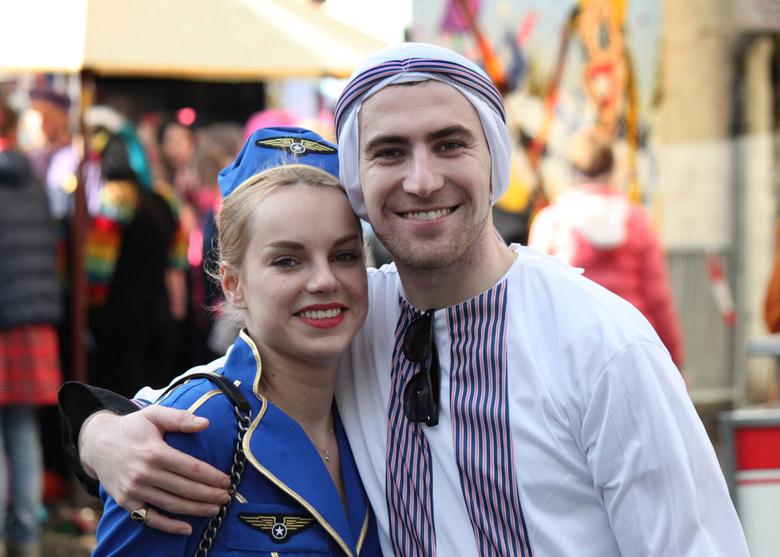 Love is in the air... - Mooi carnaval vierend stel op de Havermarkt in Breda.