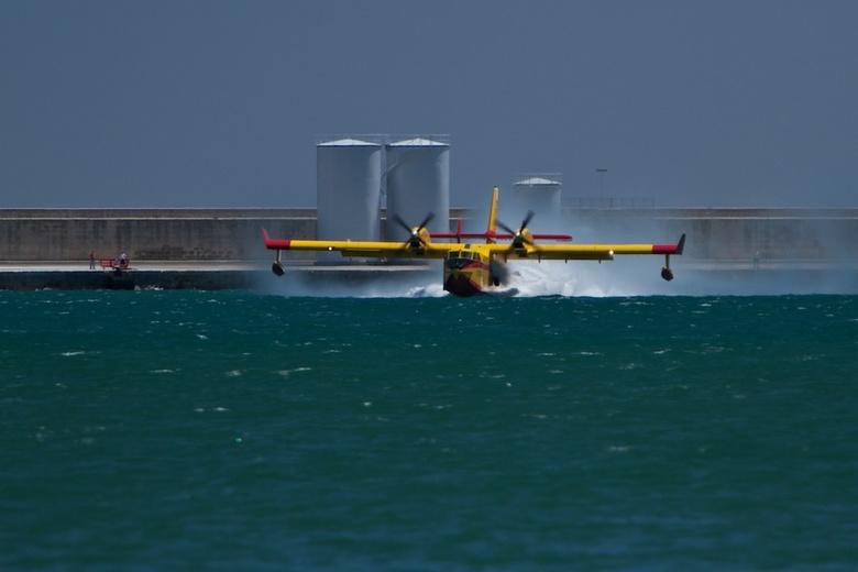 Blusvliegtuig - Op Mallorca was brand. Dit blusvliegtuig kwam in de haven water halen. Een prachtig gezicht. Hij was bijna vol want het water spuit er