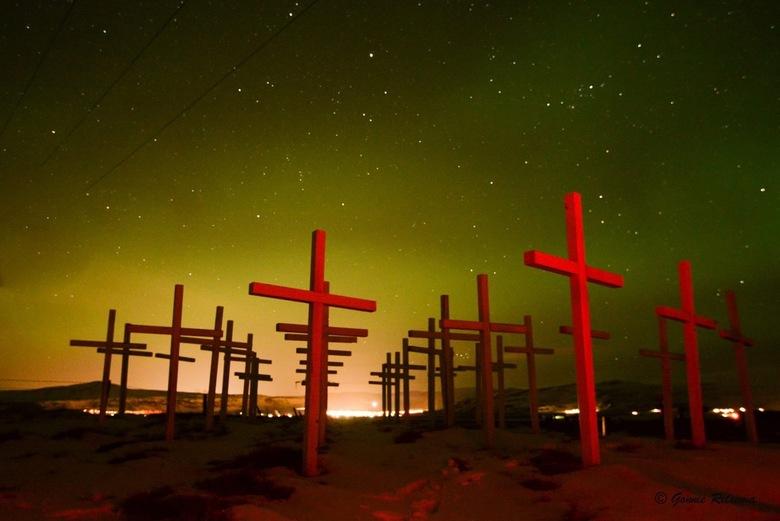 Noorderlicht op IJsland  - Monument voor alle verkeersslachtoffers op IJsland, de rode kleur ( origineel witte kruizen) hebben we met een laserpointer