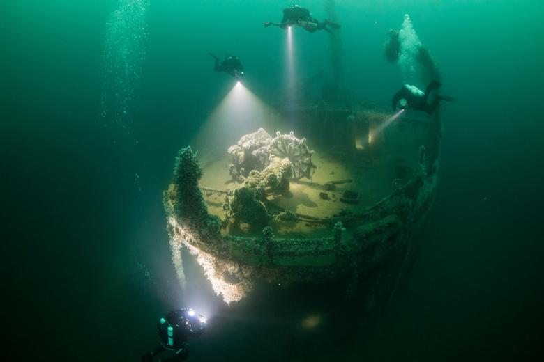 scheepswrak Tyrefjord - een wrak waarvan de stuurinrichting nog helemaal intact is. belicht door duikers met 30.000 lumen lampen en flitsers