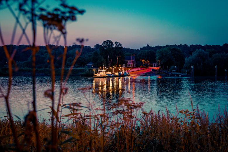 Pontje bij Lexkesveer - Het Lexkesveer over de Rijn bij Randwijk tijdens zonsondergang.