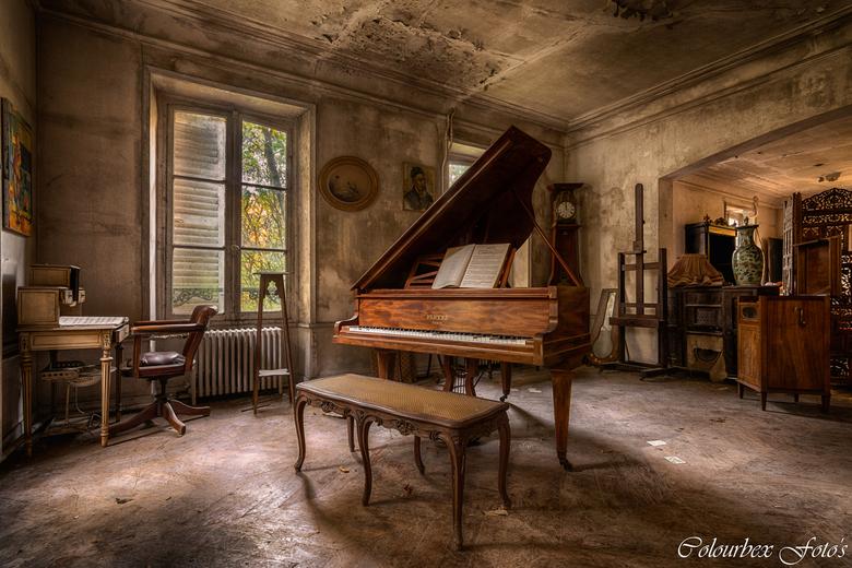 Music all around - Eeeeeeergens in een niet nader te noemen locatie trof ik deze fantastisch mooie ruimte aan. Duidelijk was de man een grote muziek l
